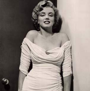 Marilyn Monroe posing with a clear luscious pose.